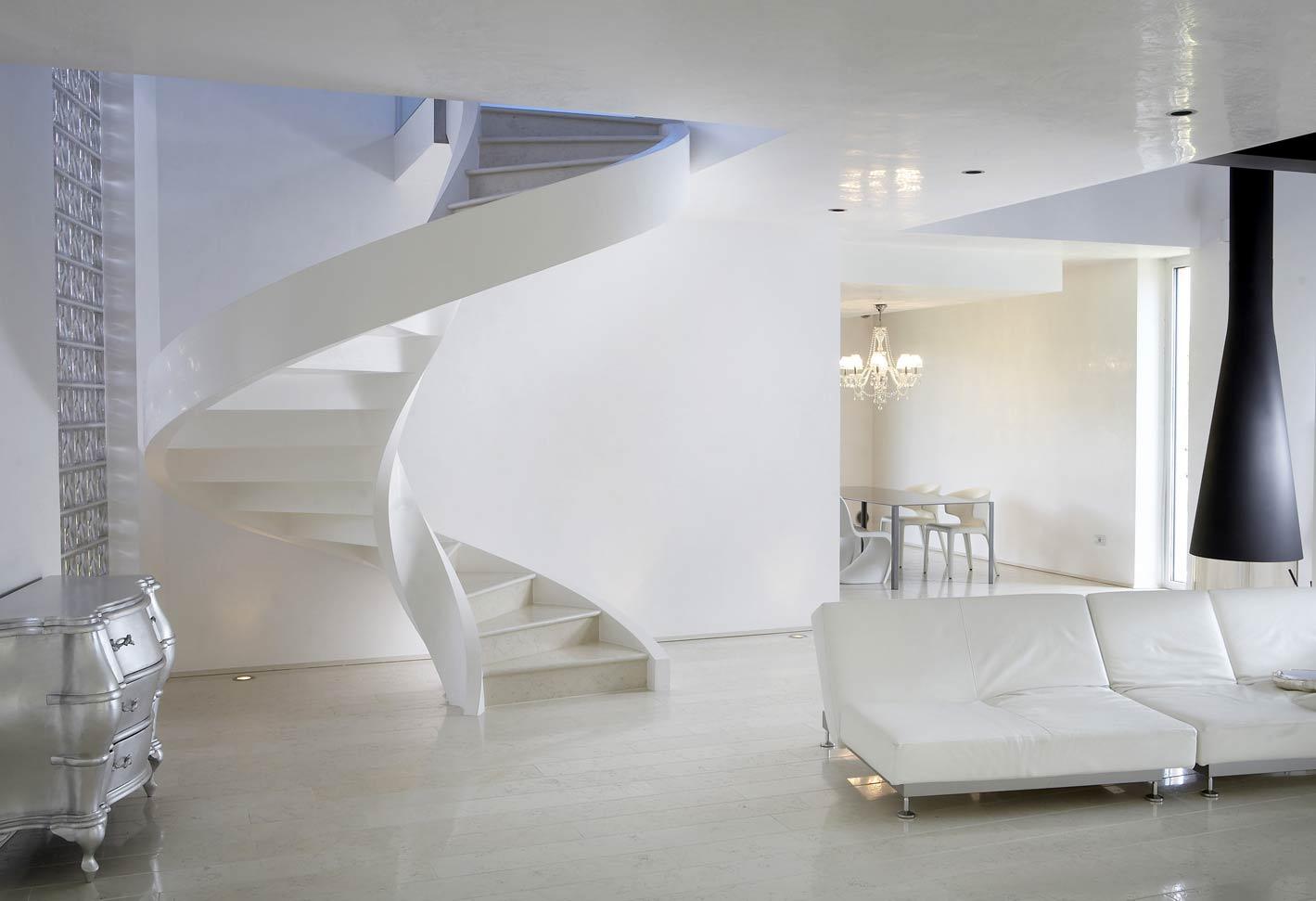 soggiorno moderno bianco con scala e mobili