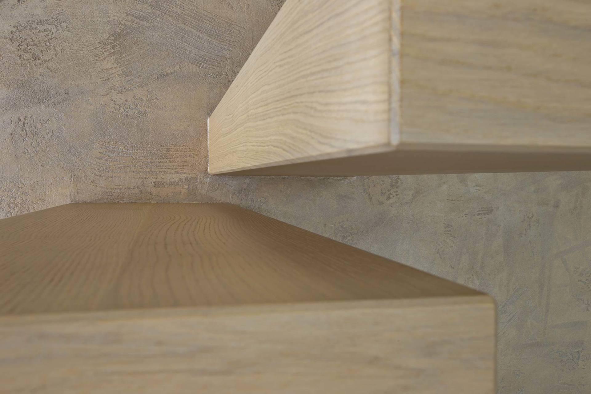 primo piano di una scala in legno massello