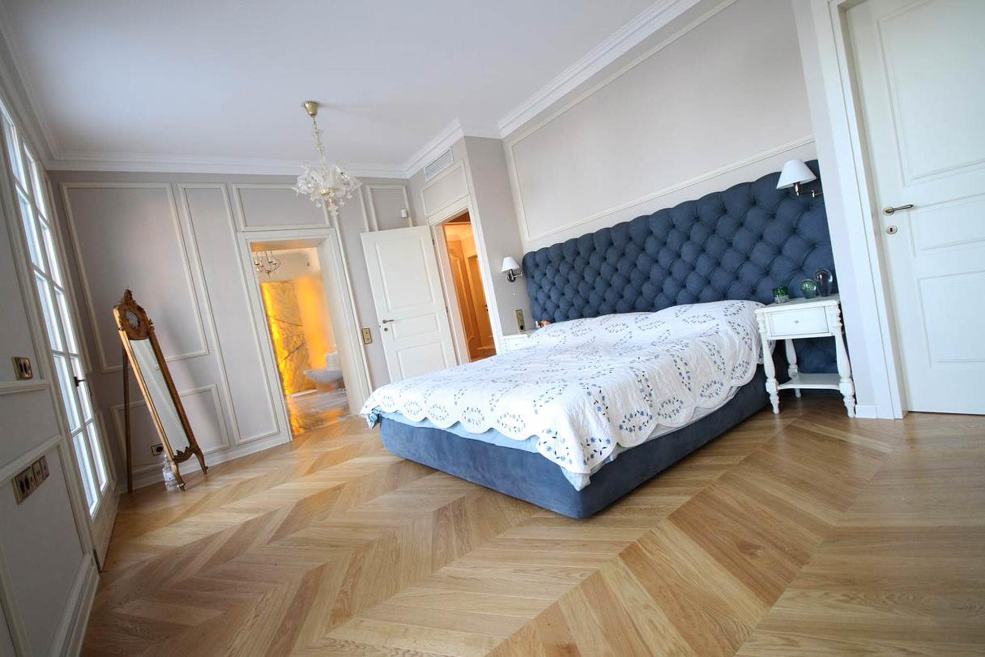 vista angolare di una camera da letto con pavimento in parquet