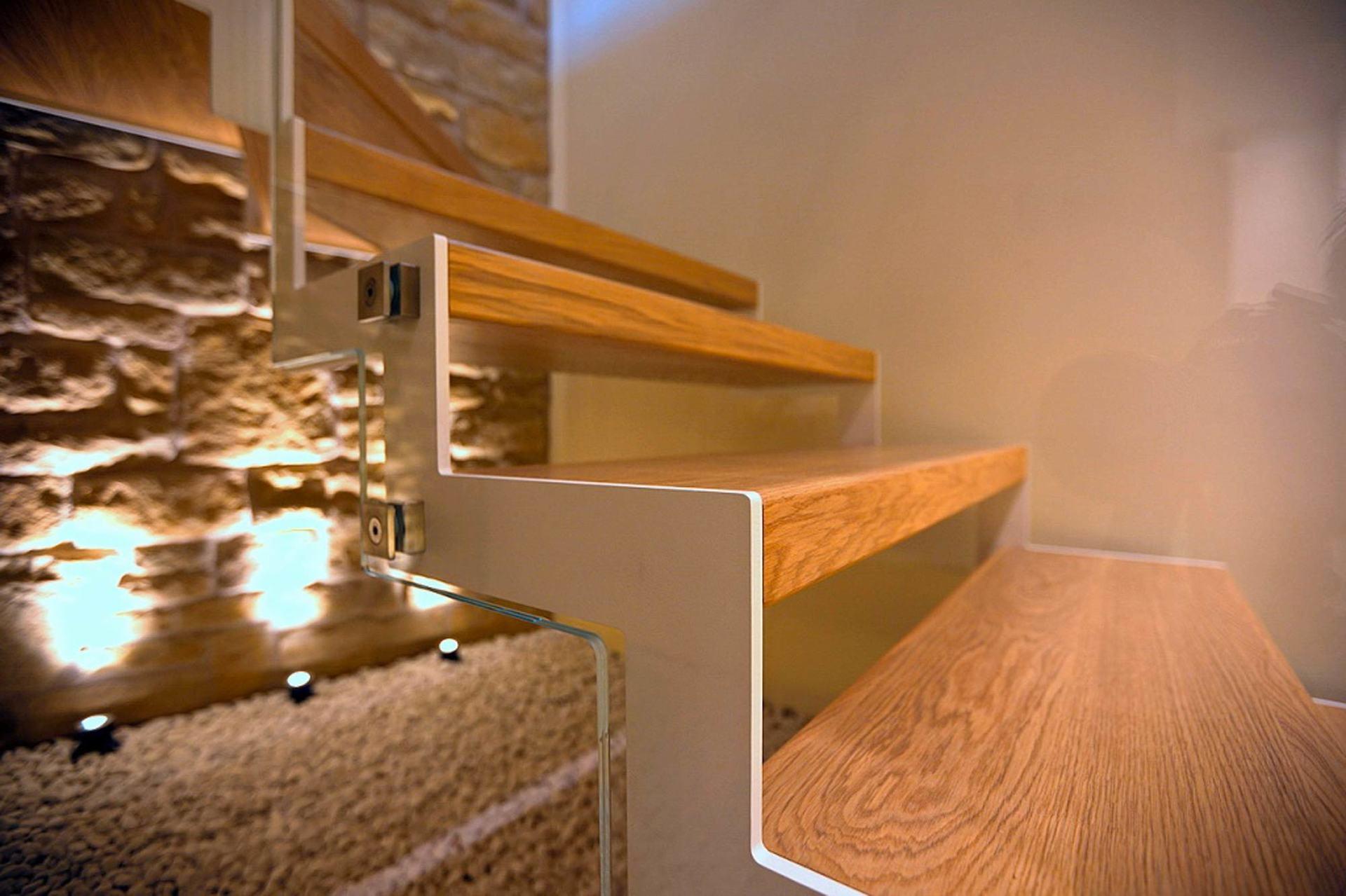 primo piano di scala in legno