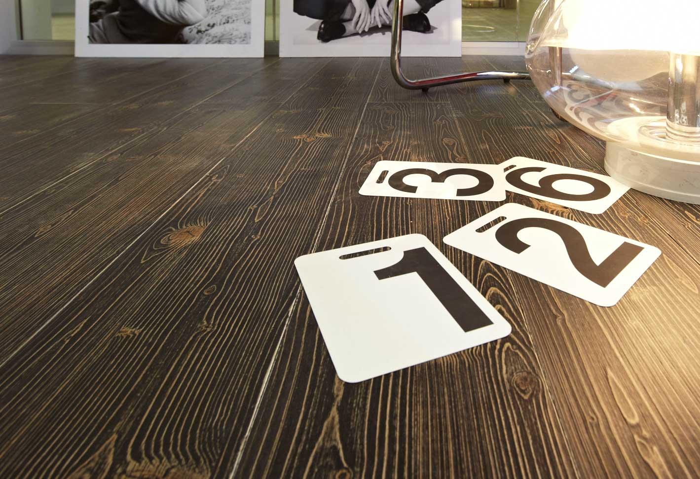 parquet color marrone scuro con numeri civici su foglio A4