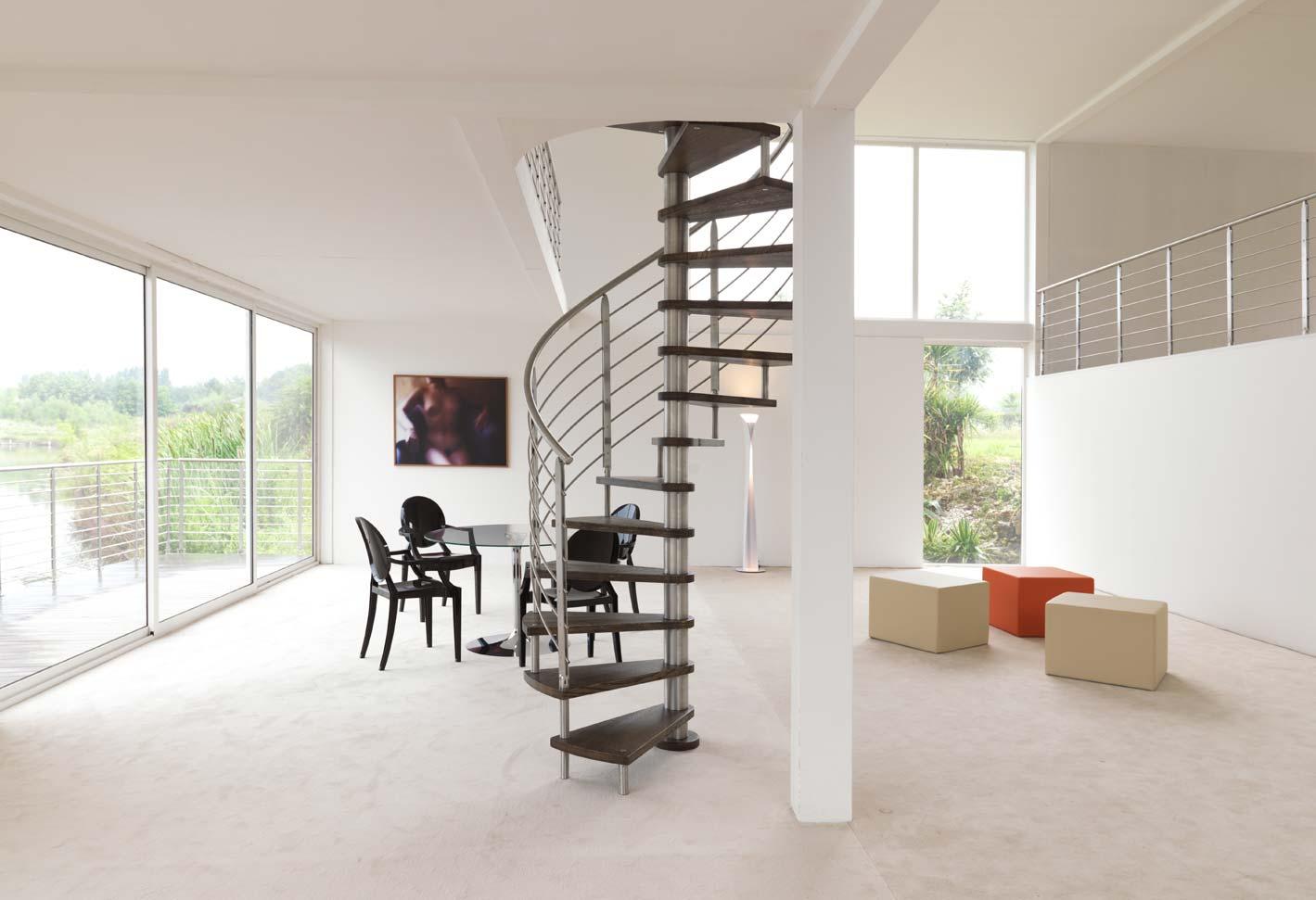 soggiorno moderno bianco con scala emergenza,mobili e infissi esterni in vetro