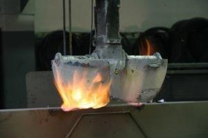 Oggetto di metallo con fiamme