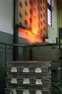 Fusione del metallo in una fonderia