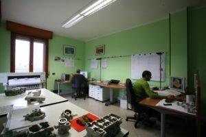 due uomini che lavorano al computer seduti alla scrivania in un ufficio