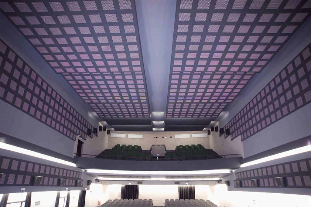 Sala cinematografica con elevate caratteristiche di fonoassorbenza