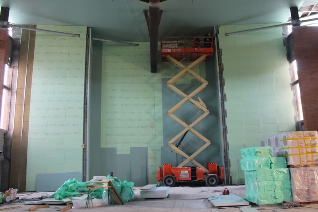 Carrello elevatore durante lavorazione soffitto