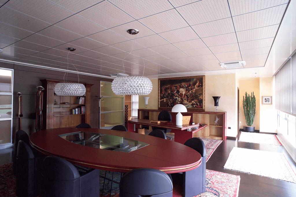 Controsoffitto modulare ispezionabile con pannelli fonoassorbenti in legno