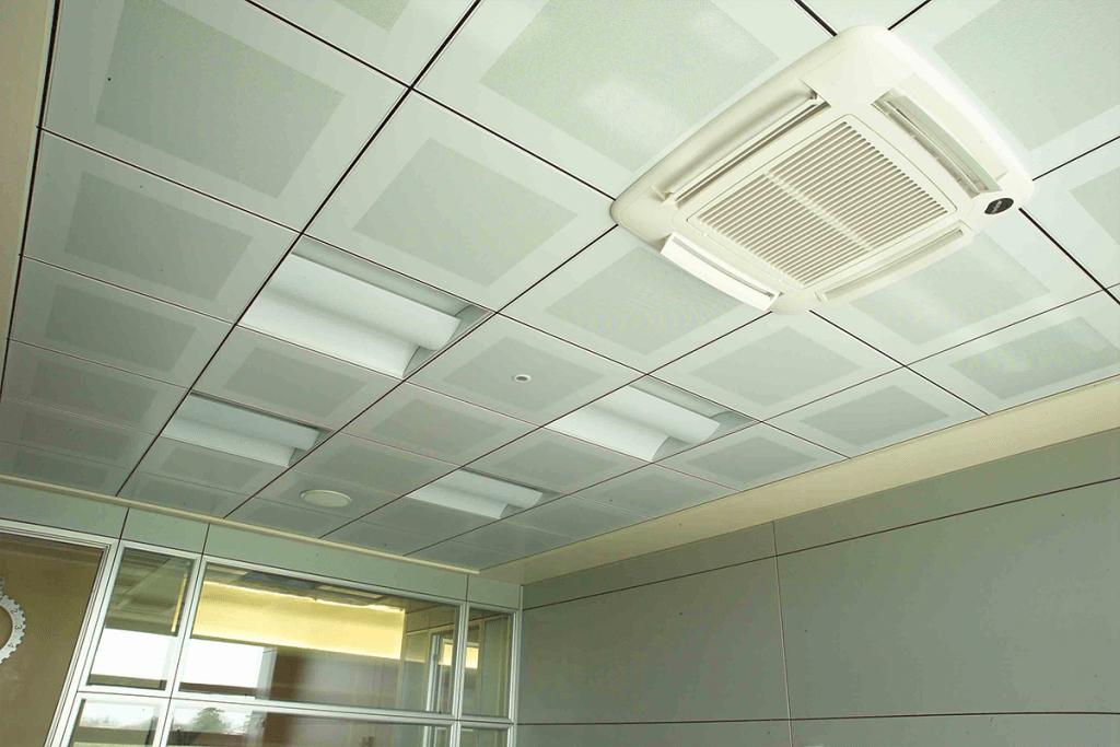 Controsoffitto modulare metallico ispezionabile con pannelli forati
