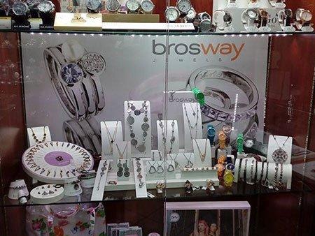 dei pendenti in esposizione e dietro una pubblicità con scritto Brosway jewels