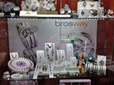 dei pendenti in esposizione e dietro una pubblicità' con scritto Brosway jewels