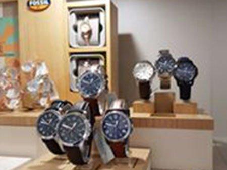 degli orologi da uomo in esposizione