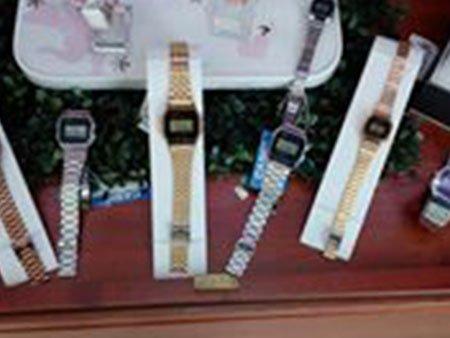 degli orologi digitali con dei cinturini in metallo di diversi colori