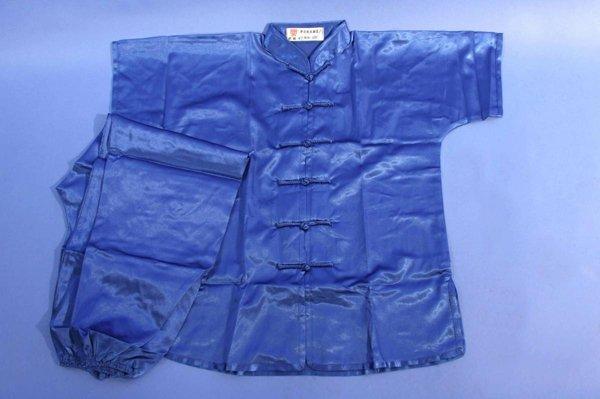 Uniforme wushu in raso manica corta. Disponibilità nei colori: blu, rosso, nero, bianco.