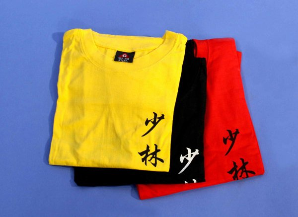 T shirt in cotone con scritta shaolin. Colori: rosso, giallo, nero.
