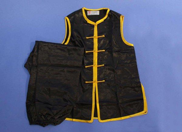 Uniforme kung fu hung gar raso smanicata. Colori disponibili: nero bordi gialli e nero bordi rossi.