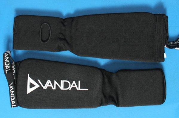 Paratibia con calzari elastici, con imbottitura Vandal.