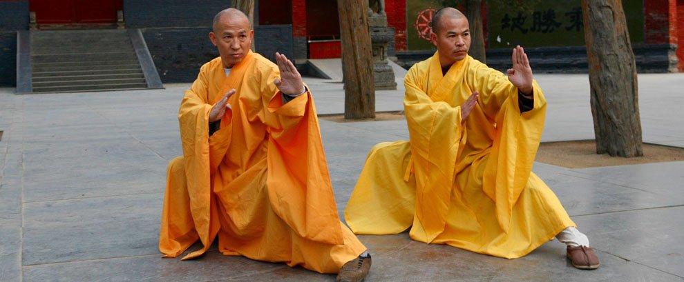 Due maestri di Kung Fu in divisa gialla