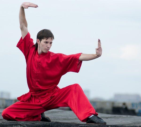Allievo di Kung Fu con kimono rosso