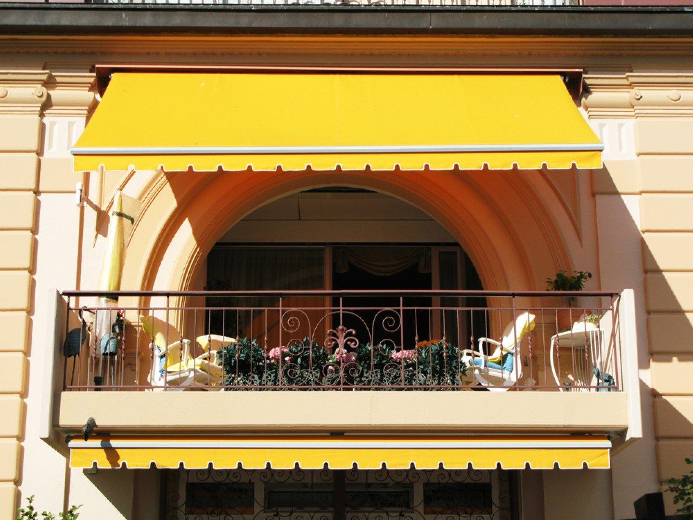 Tenda da sole gialla su un balcone