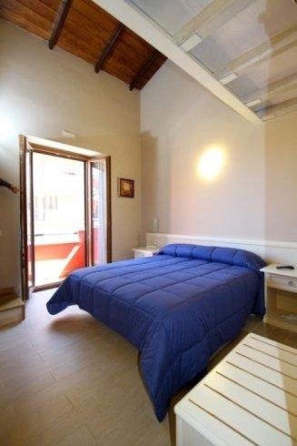 Camera da letto con la terrazza aperta