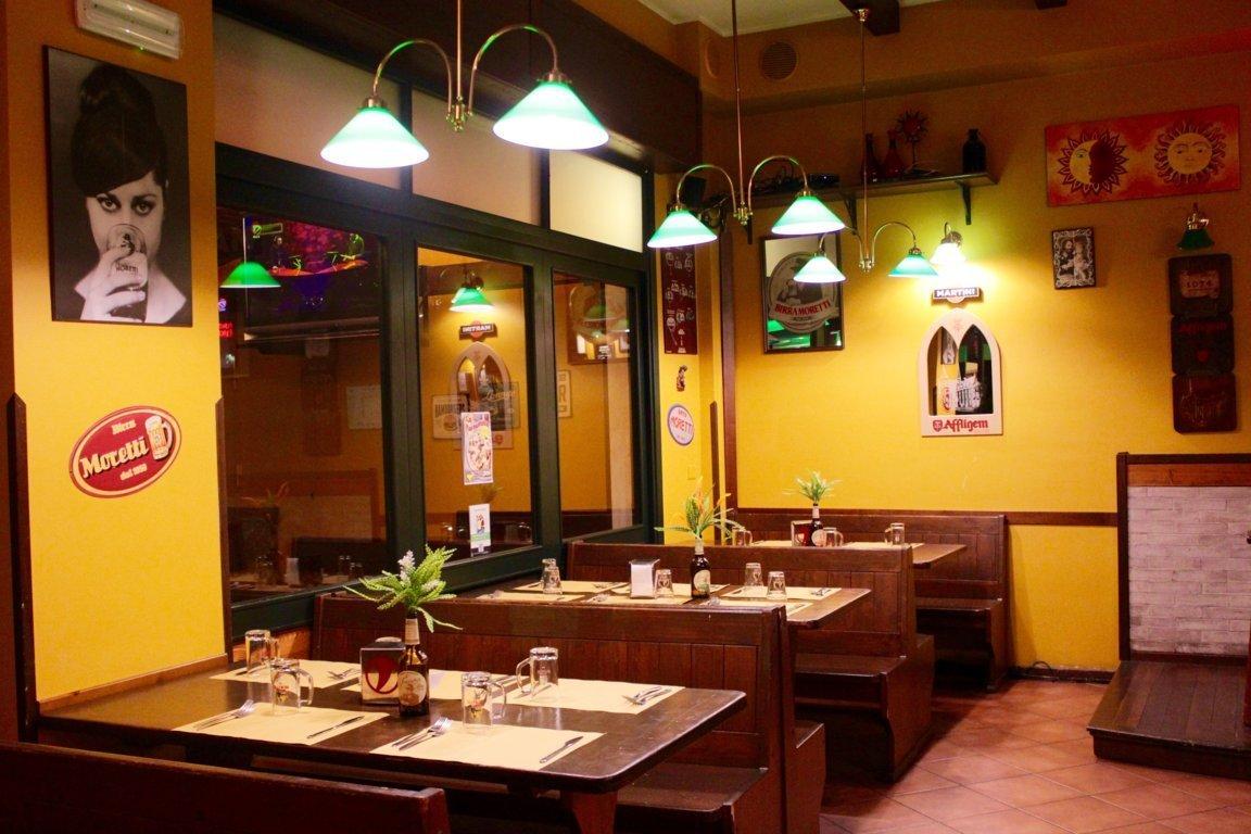 Tavoli dentro ristorante