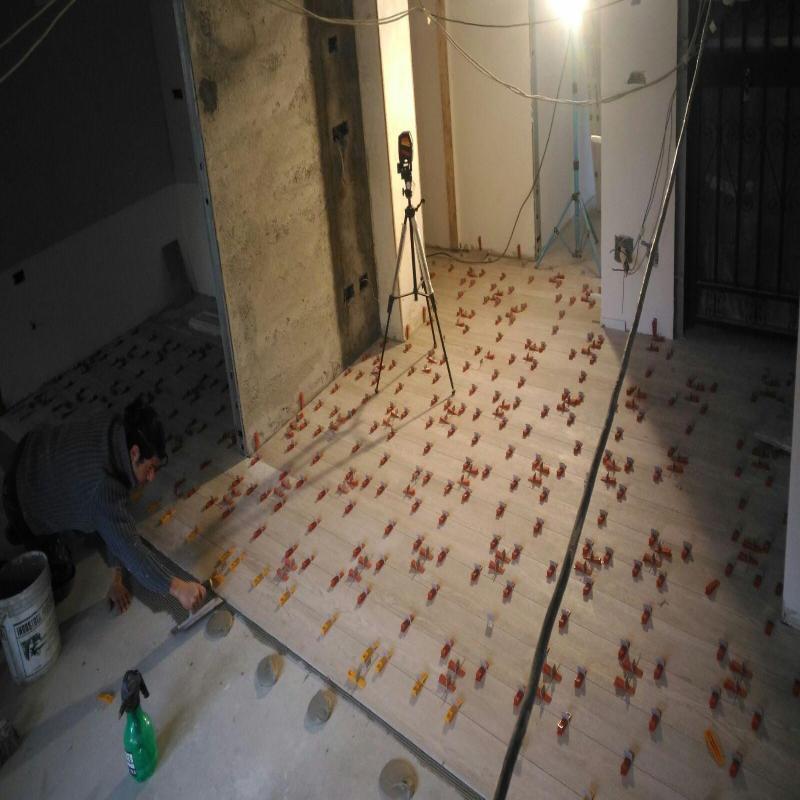 un muratore al lavoro su un pavimento
