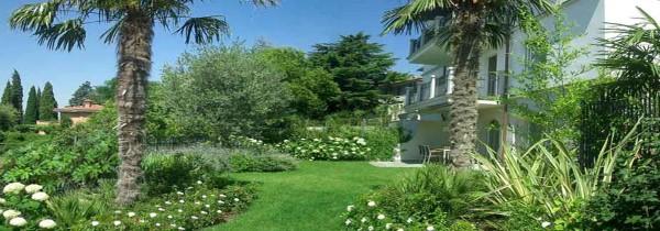 un giardino e una casa