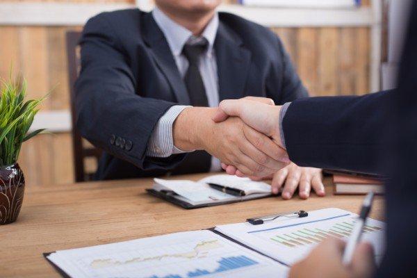 avvocato stringe la mano ad un cliente