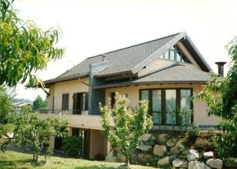 villa con grandi vetrate