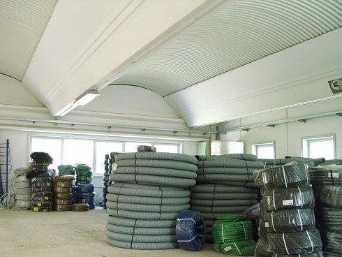 dei tubi per cavi elettrici industriali riposti in magazzino