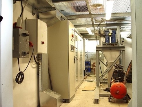 Vista interna delle centraline elettriche di una fabbrica ubicate in corridoio