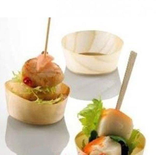 finger food dentro ciotole in legno con stuzzicadenti