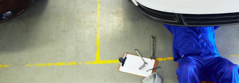 meccanico al lavoro in autofficina
