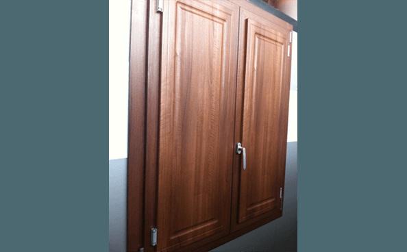 finestra in legno con scuri