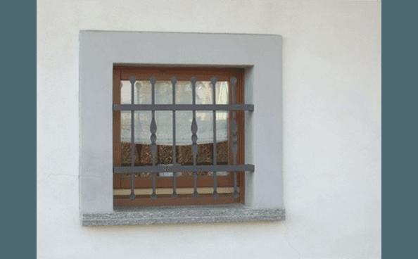 finestrella con grate fisse