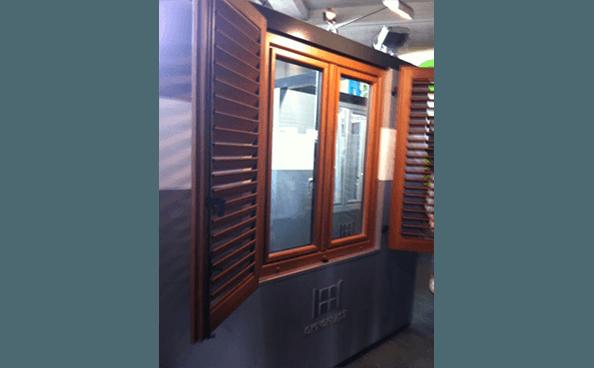 finestre con persiane regolabili