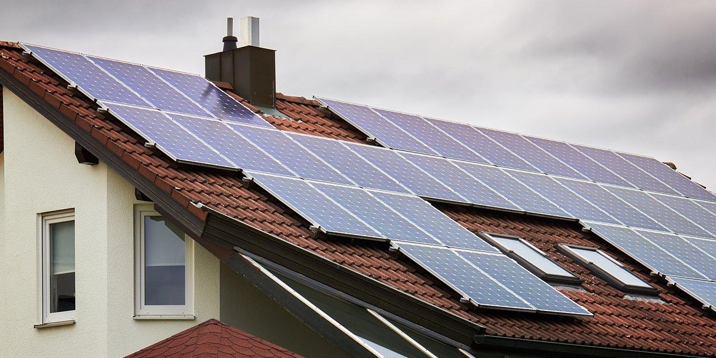 dei pannelli solari installati su un tetto arancione di una casa