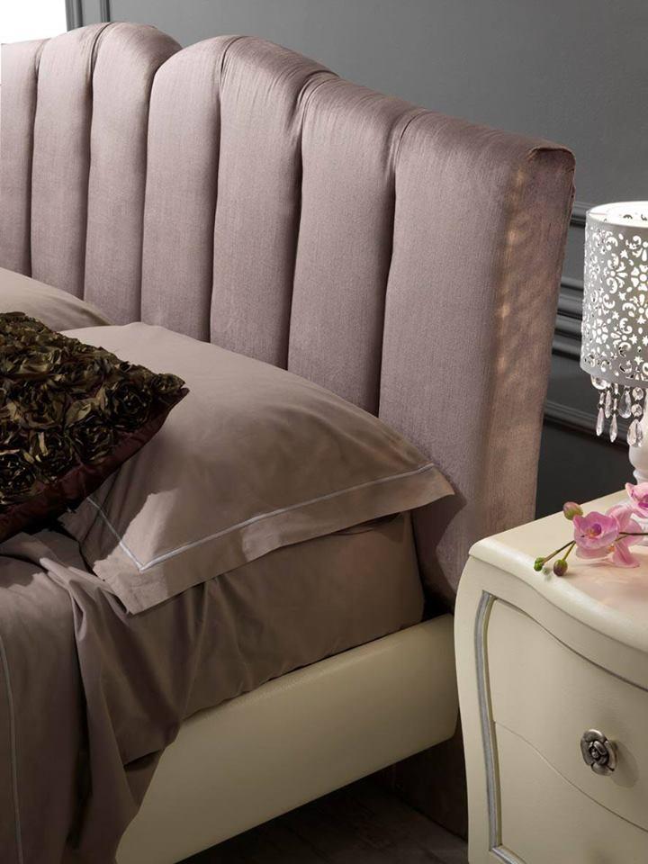 Elegante camera da letto con comodino bianco