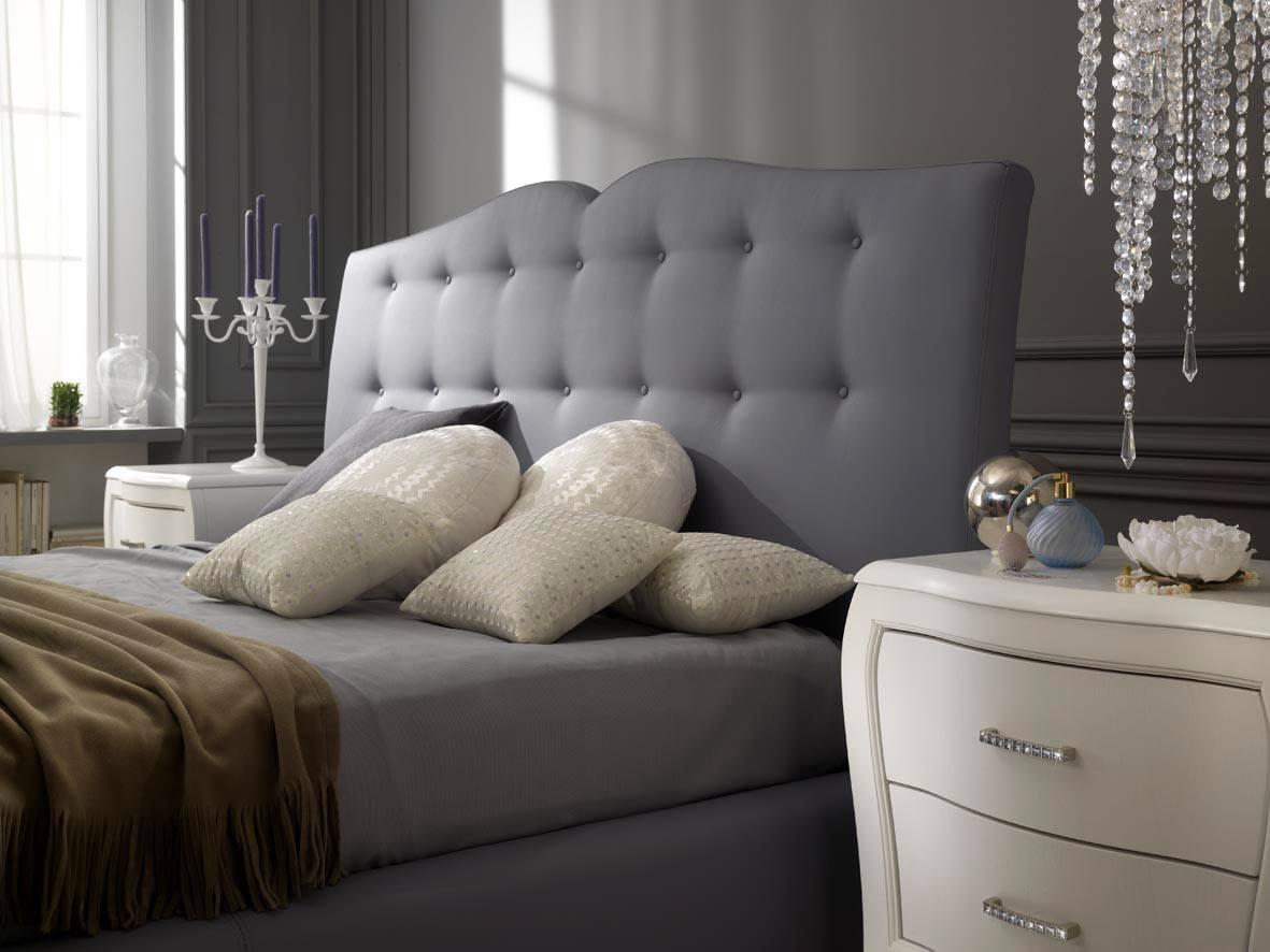 Letto di color grigio e comodini  bianchi