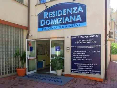 Ingresso della Residenza Domiziana in via Bari 39 a Genova.