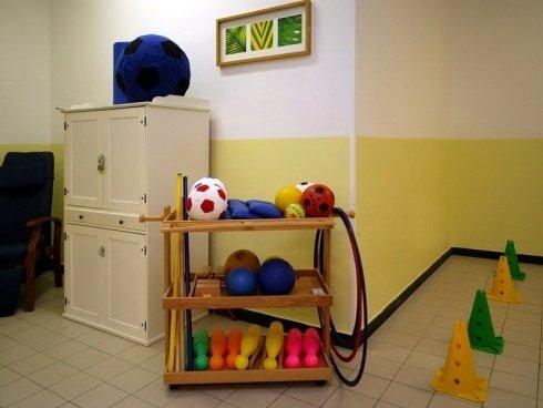 Alcuni attrezzi utilizzati durante gli esercizi praticati dagli anziani.