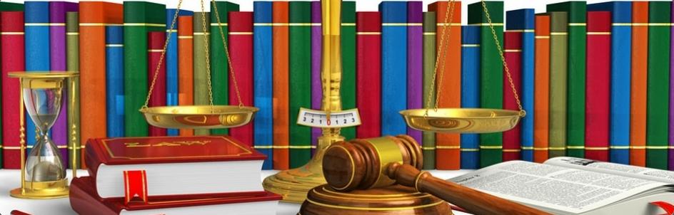 fila di libri colorati, bilancia della giustizia, martello del giudice e clessidra