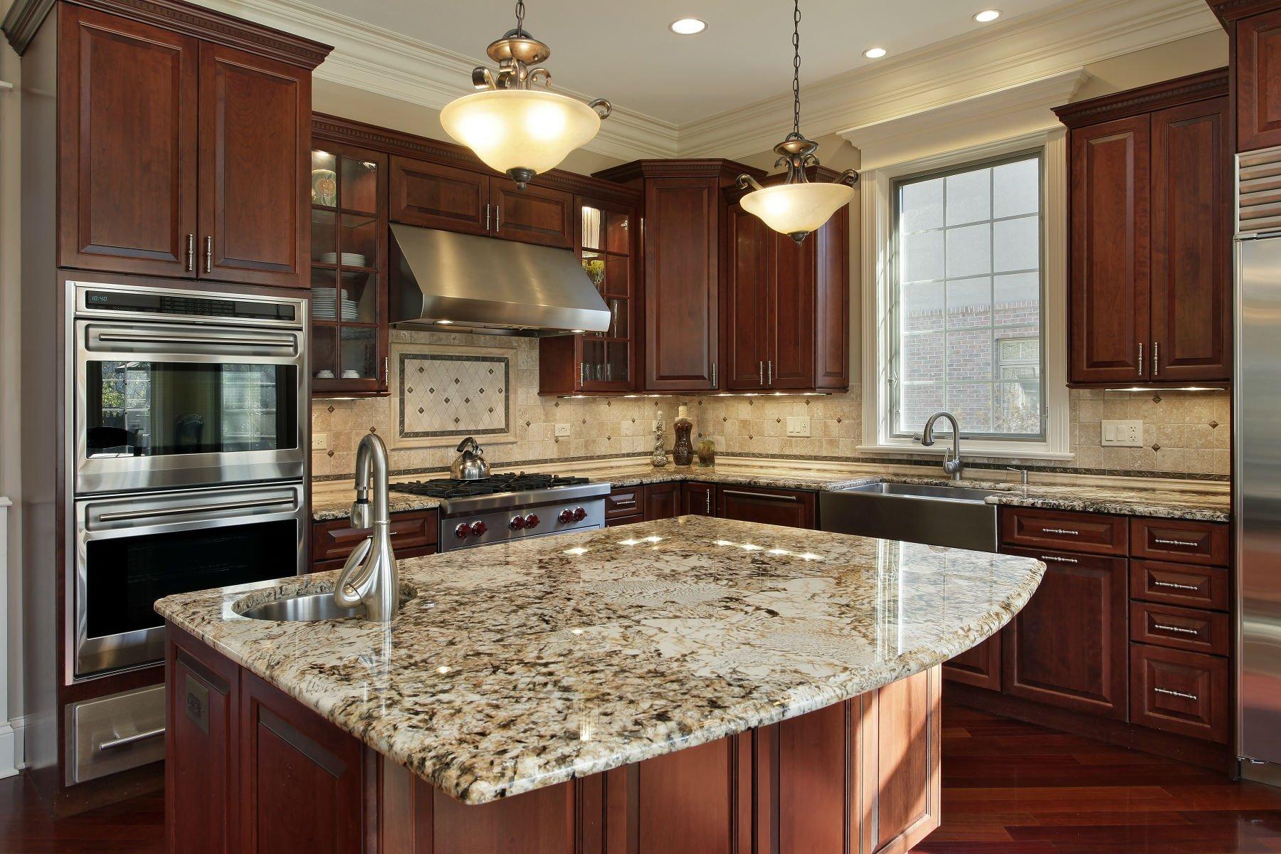 una cucina con penisola in marmo