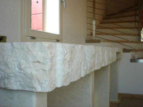 uno spigolo di una struttura in marmo vicino a una finestra