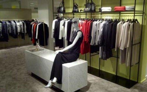 un manichino seduto su un divanetto di un negozio di abbigliamento