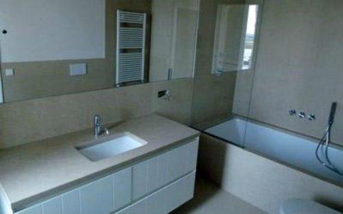 vista di un lavabo e una vasca da bagno