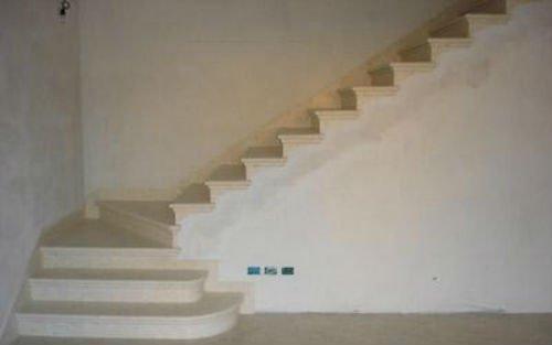 dei gradini in marmo