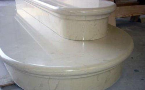 dei gradini in marmo visti da vicino