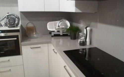un angolo cucina con top in marmo